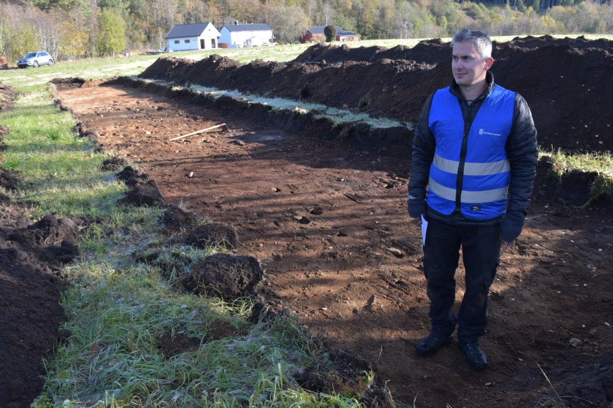 Jarle Stavik er arkeolog og undersøker området der kyrkja har tenkt å lage parkeringsplass.  Foto: Jon Olav Ørsal