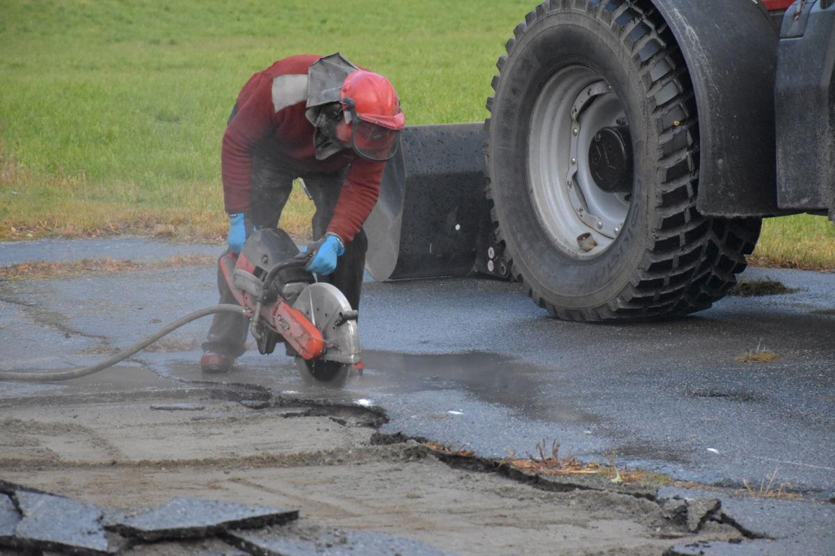 Per Gjeldnes sager rette kanter for å legge asfaltarbeidet.  Foto: Jon Olav Ørsal