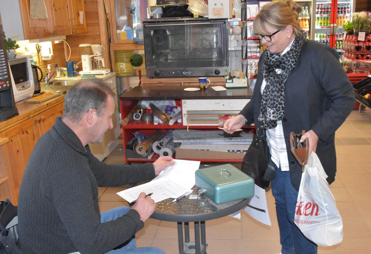 Forhandssalet til Trimbasaren er godt i gang - her er det Ingri Bruset som kjøper lodd av Ola Bruset.  Foto Jon Olav Ørsal