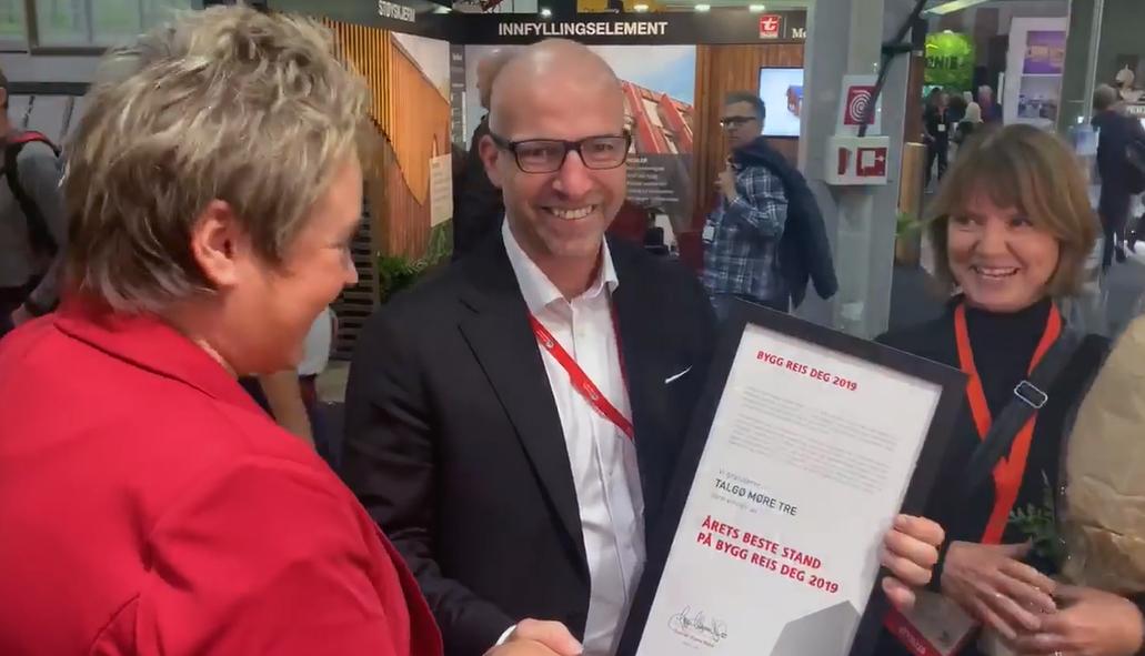 Det var marketingsjef Heid Snekvik som tok i mot prisen på vegne av Talgø MøreTre.  Foto: Bygg.no