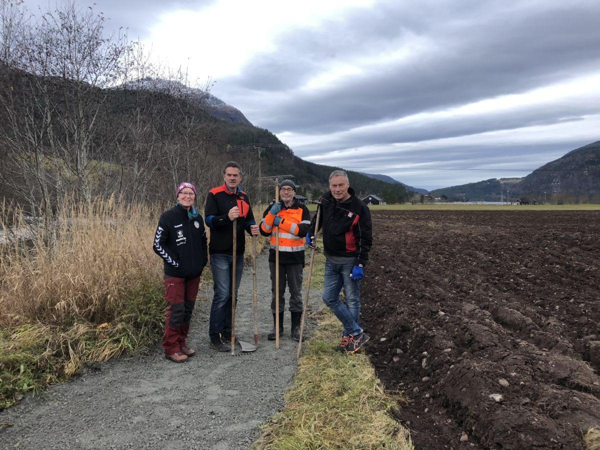 Marit Sanden Søyset kom på befaring rett etter at jobben var ferdig. Her saman med NilsOve Bruset, Magne Søyset og Knut Halset.