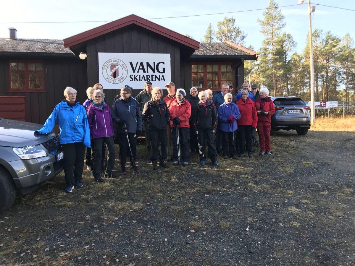 Samling ved klubbhuset på Vang Skiarena etter stavgangturen.  Foto:WK