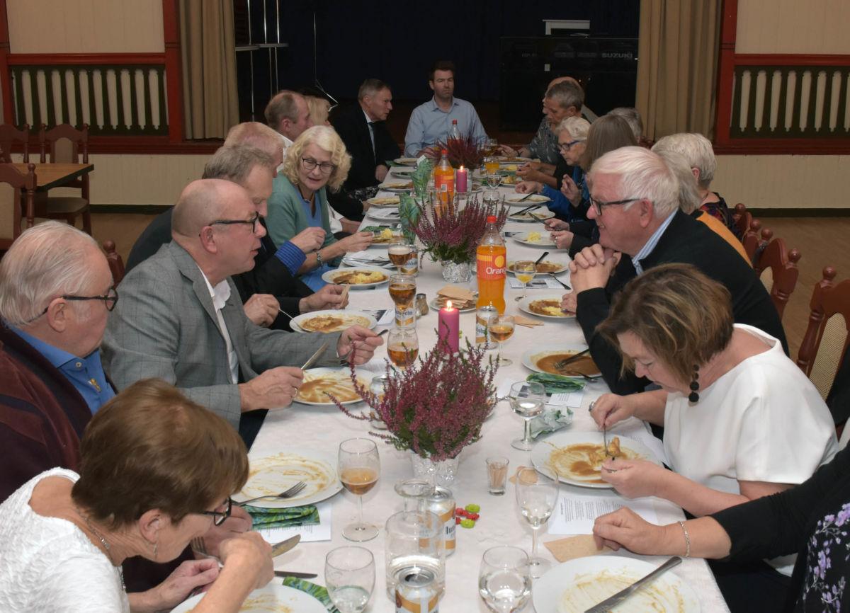 Koselig middag ved langbordet under konfirmasjonsfesta laurdag kveld.  Foto: Jon Olav Ørsal