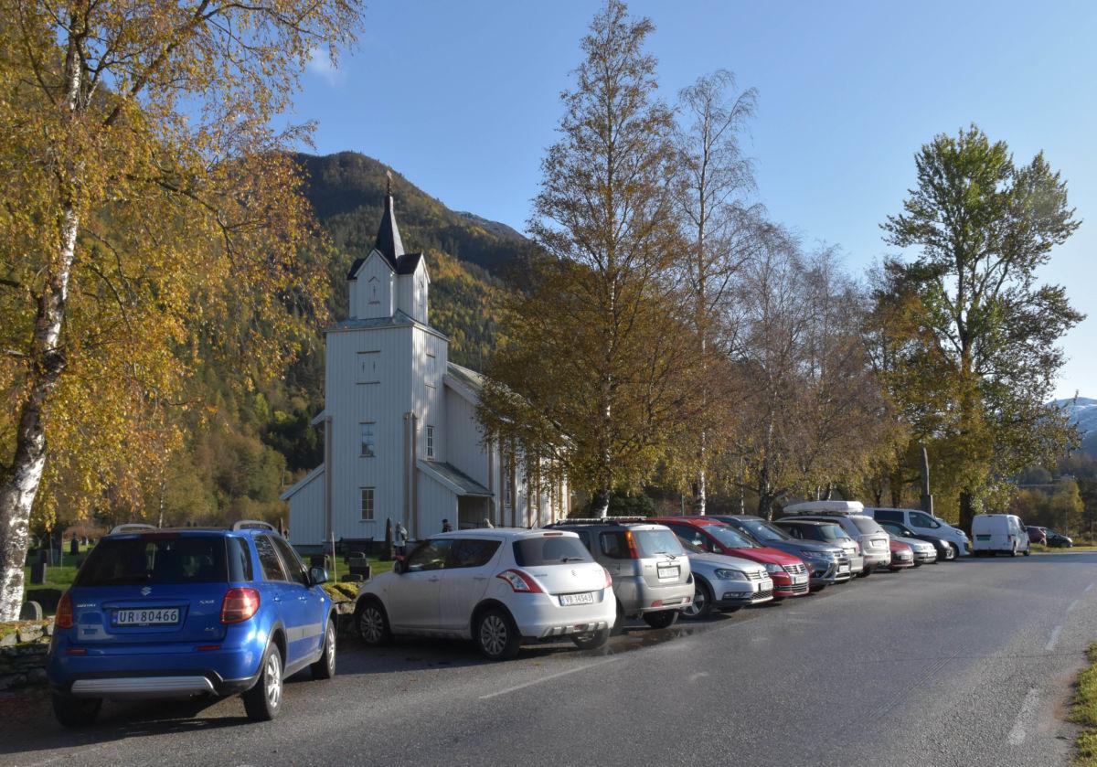Todalen kyrkje i haustfargar i haustfargar.  Foto: Jon Olav Ørsal