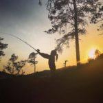 Tuva  prøver  fiskelykken  på  nordmarka.