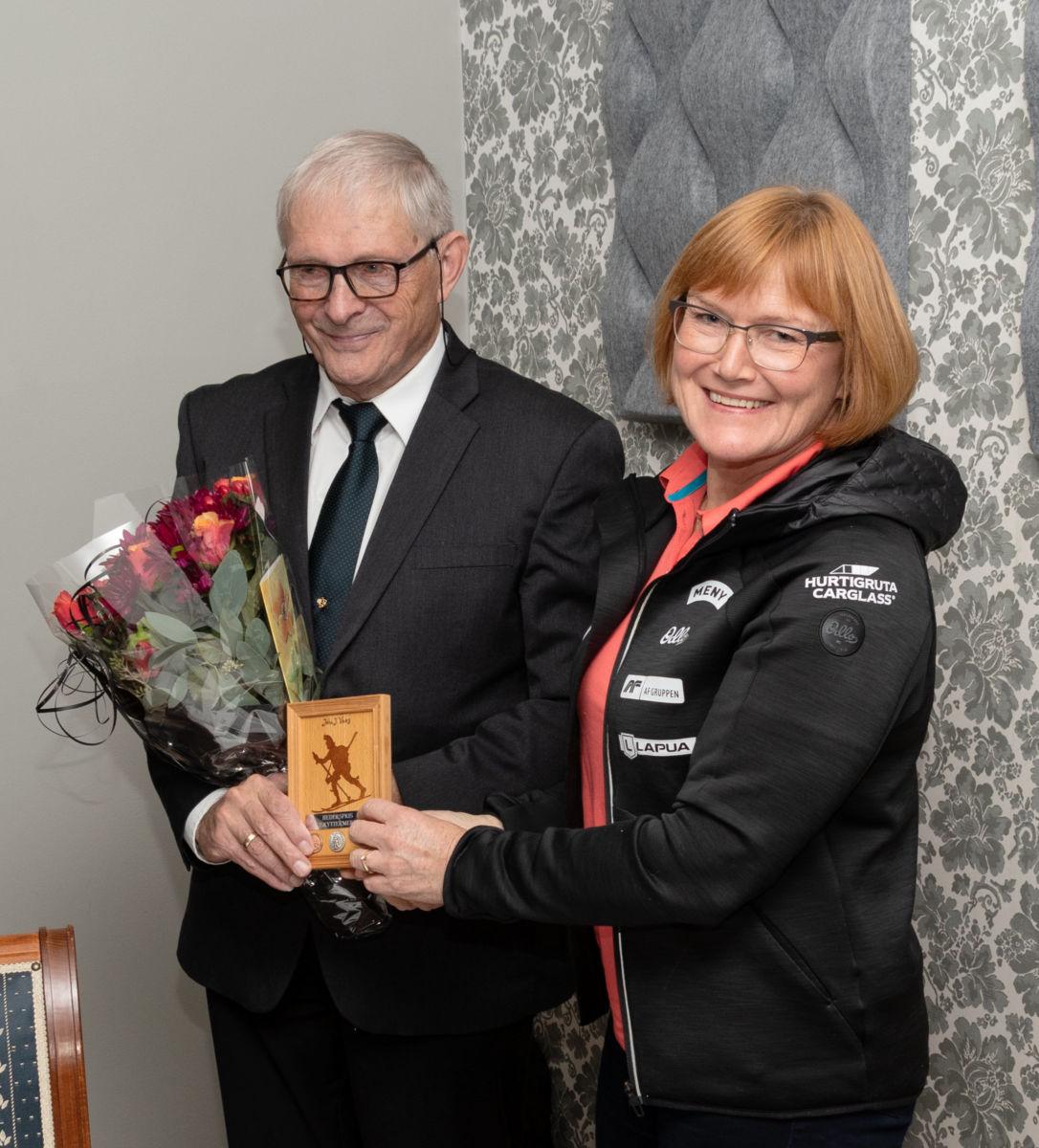 Det var Lisbeth Gederaas overrakte prisen til Johs. Vaag.  Foto: INF