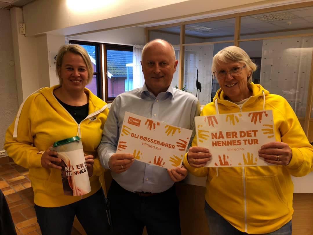 Meld deg til innsats oppfordrar Knut Haugen som her er flankert av sanitetskvinnene Elinor Bolme og Britt May Hollås