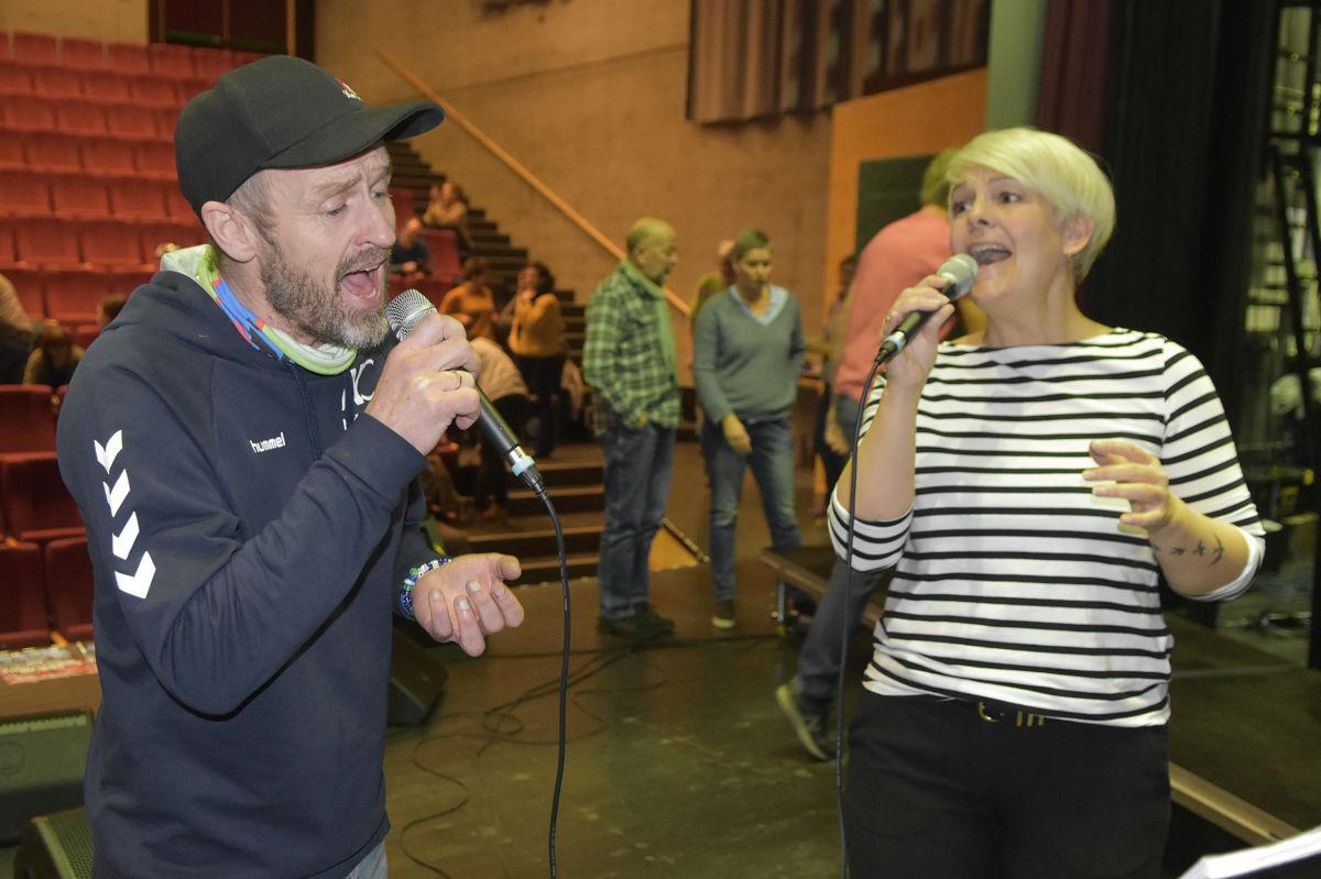 SOLISTER: Halvor Drøpping og Toril Moe er to av flere solister publikum får se og høre på konserten Film- og musikalfinale.  Foto: THS