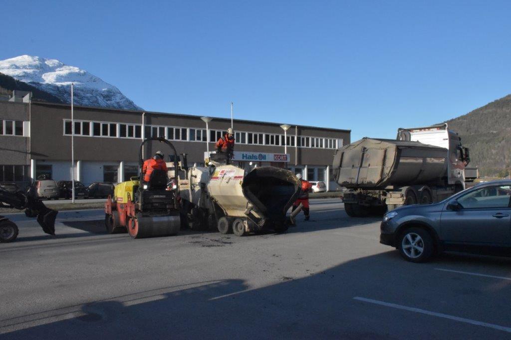Asfaltlegging på gardsplassern mellom butikken og drivstoffpumpene.  Foto: Jon Olav Ørsal