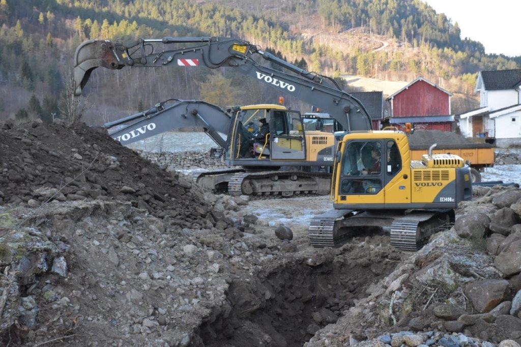 Det er Per Gjeldnes Maskin som har prosjektet med nytt vassanlegg i Ørsalbukta.  Foto: Jon Olav Ørsal