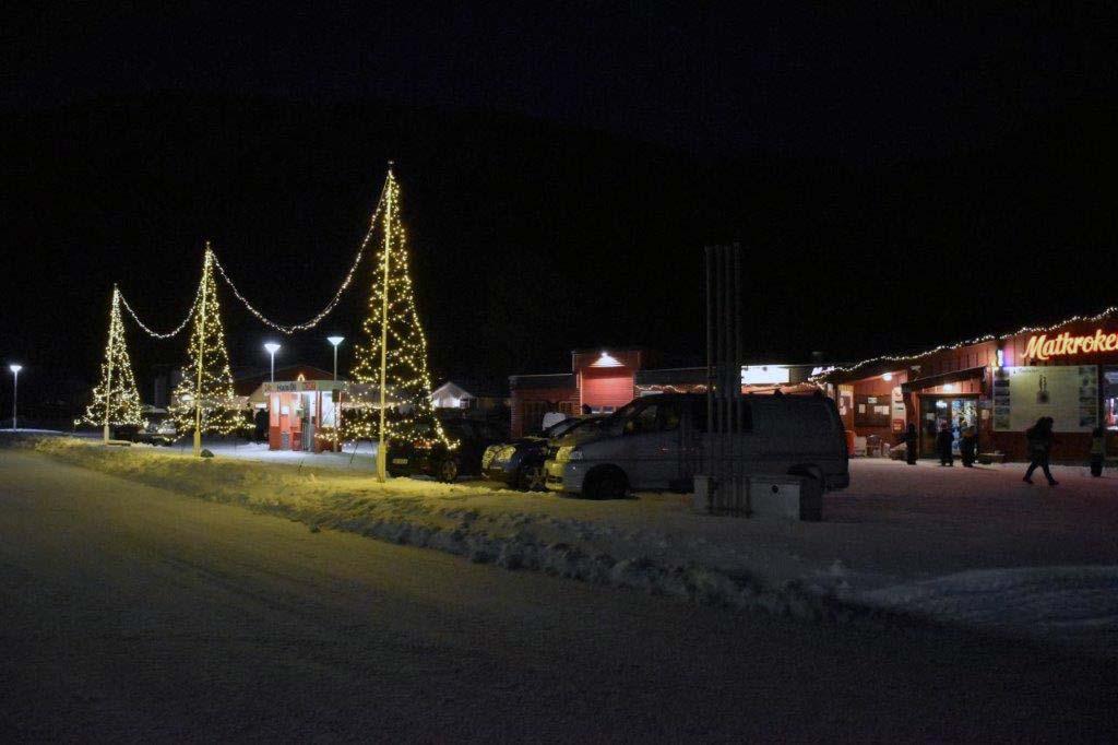 I ettermiddag vart lyset tent på julegata på Kvennset.  Foto: Jon Olav Ørsal