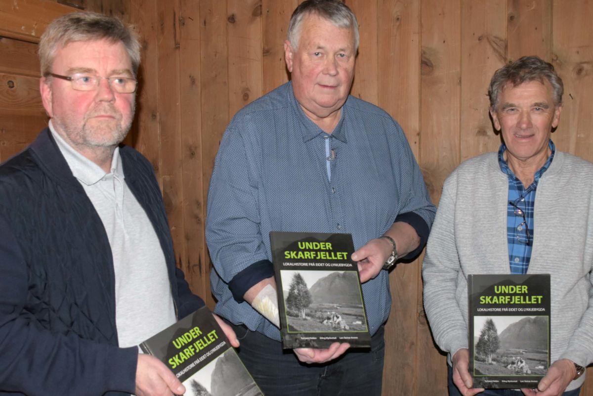 Lars Steinar Ansnes, Erling Myrbostad og Torbjørn Polden med boka