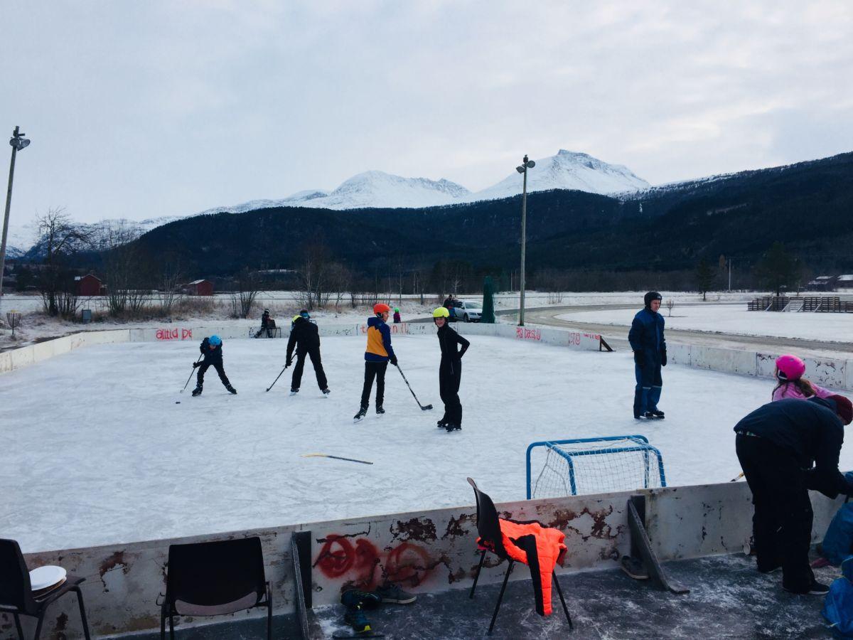 Det var stor aktivitet på isen i helga - og yr.no lover fortsatt kald værtype …  Foto: Knut Bergli