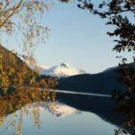 Kvite  Todalsfjell  gjennspegler  seg  i  stille  fjord!