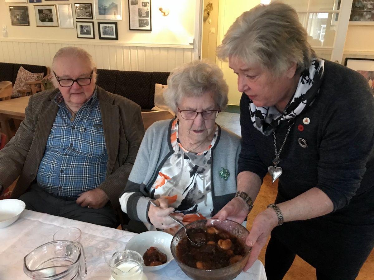 Maren serverer nydeleg sviskegraut til Jenny og Hans. Foto: Dordi J H