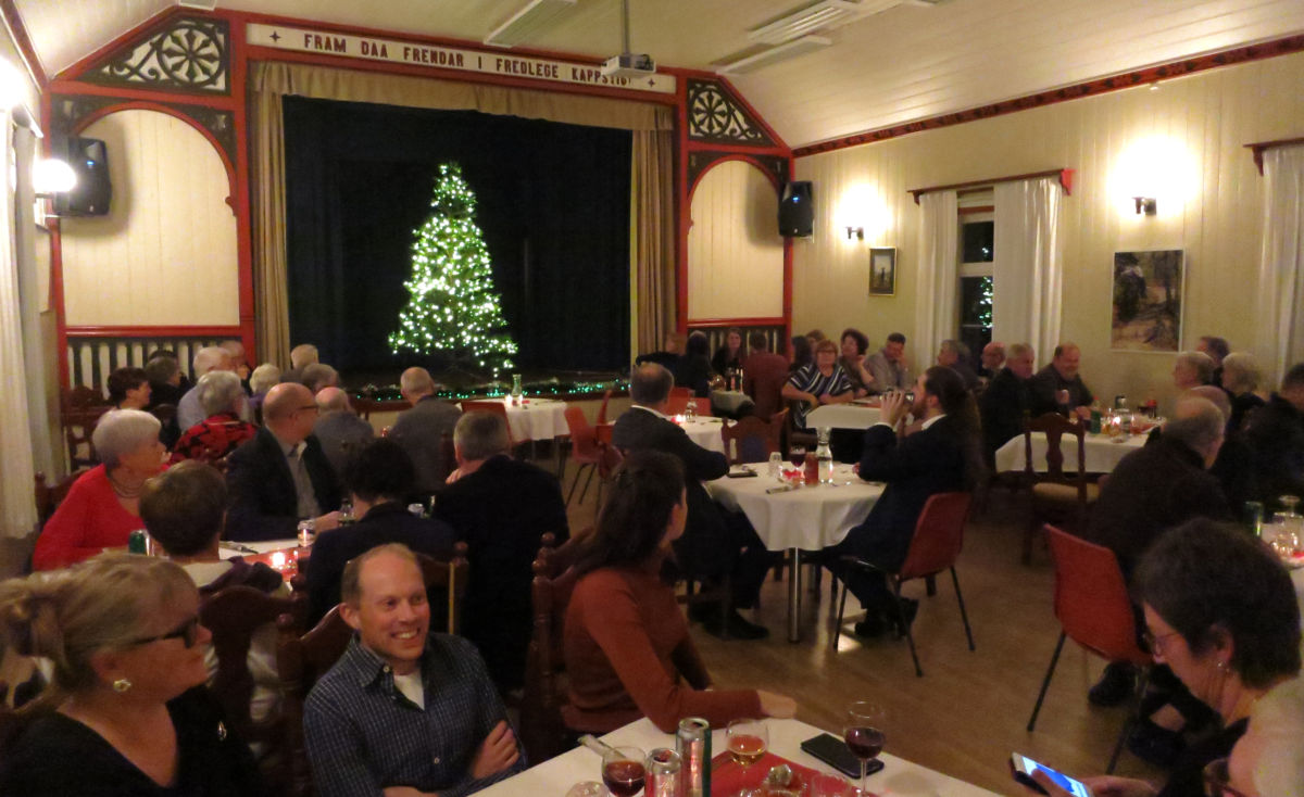 Totalt var det over 60 til bords på julebordet i ungdomshuset.  Foto: Jon Olav Ørsal