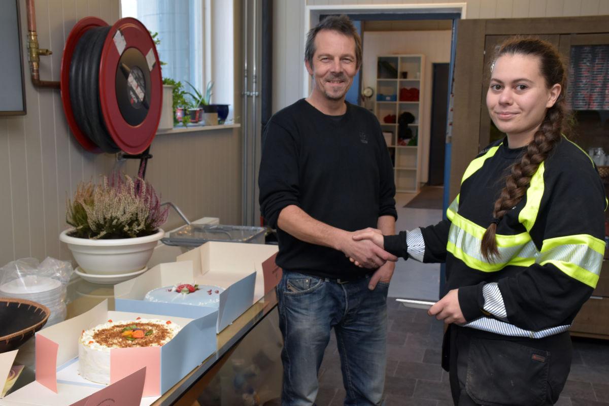 Produksjonsleiar Arve Ervik spanderte kaker og kaffe på Liv og resten av gjengen for å feire det første kvinnelege fagbrevet på Elementfabrikken.  Foto: Jon Olav Ørsal