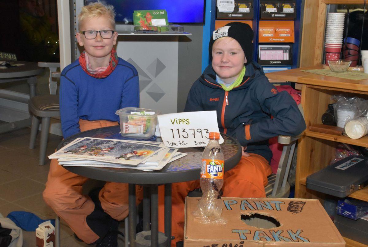 Markus og Isak fikk godt sal på adventkalendrane til alpingruppa. Ei luke og to gevinstar pr dag i desember - fram til jul.  Foto: Jon Olav Ørsal