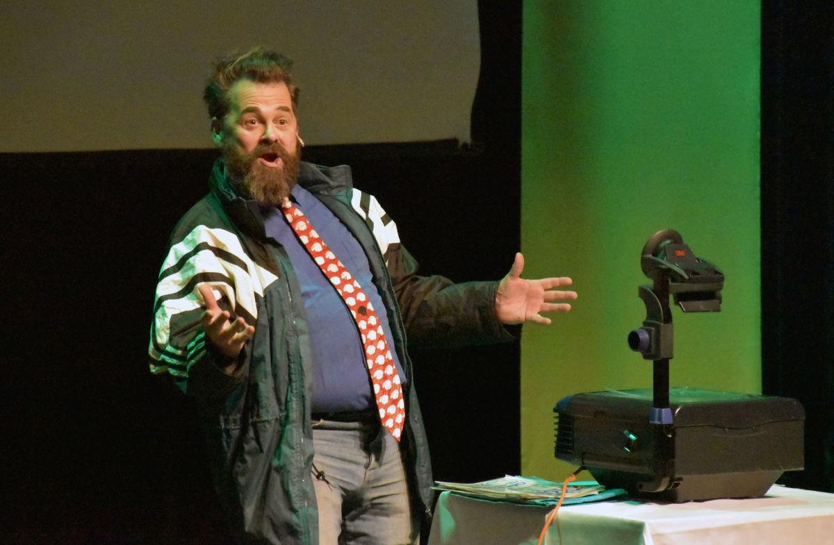 Odin Jensenius  med Humoristisk innslag som hadde eit meir alvorlig tilsnitt.  Foto: Jon Olav Ørsal