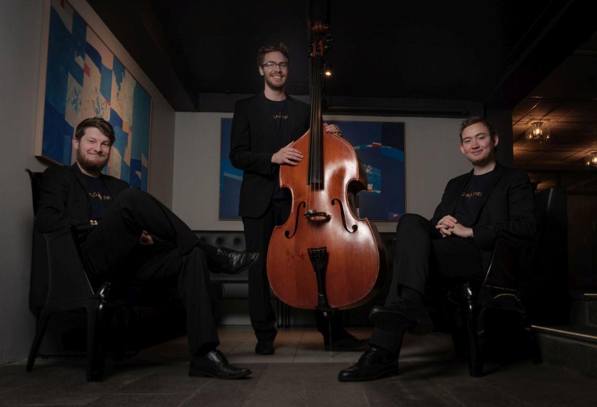 Trioen består av Lars Marius Hølås (bratsj), Eivind Rossbach Heier (cello) og Jostein Bolås Brødreskift (kontrabass).