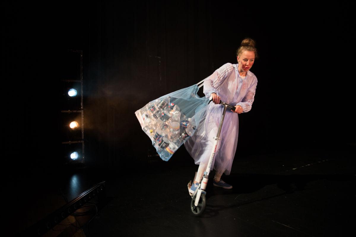 Stykket blir framførtlaudag 30. november på Surnadal kulturhus.  Foto fra Teatret Vårt