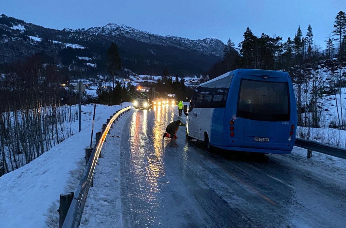 Kaos i Åsbøhaugane i dag tidleg - lokale heltar på Nordvik redda situasjonen!  Foto: privat