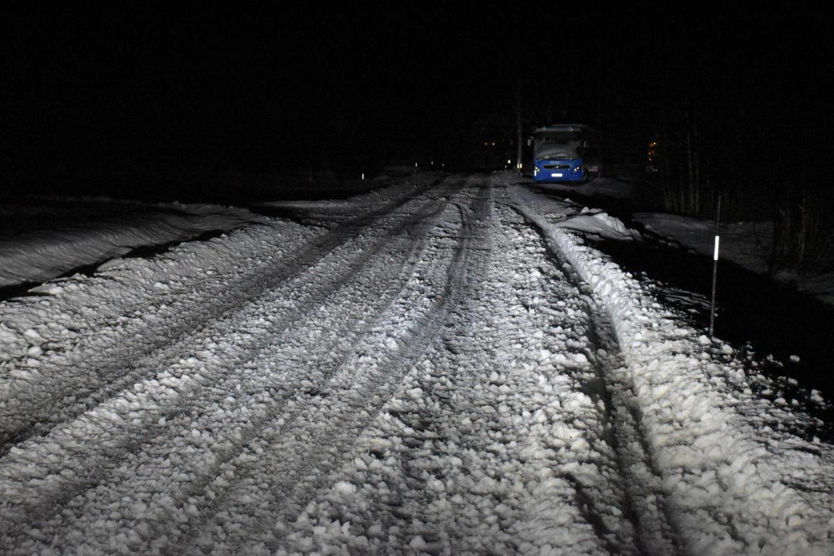 Bilen vi møtte var nær å hamna utfor vege, men berga på liten fart.  Foto: Jon Olav Ørsal