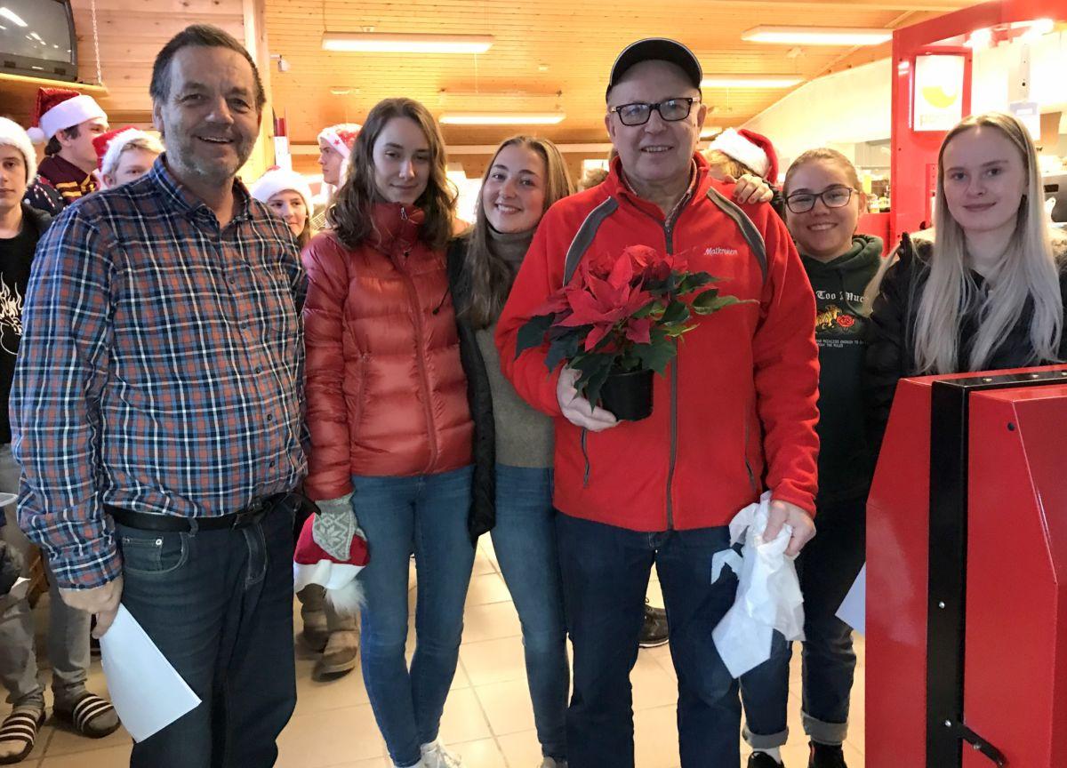 Terje N fekk fin julestjerne som takk for innsatsen i lokalsamfunnet. Foto: Dordi J H