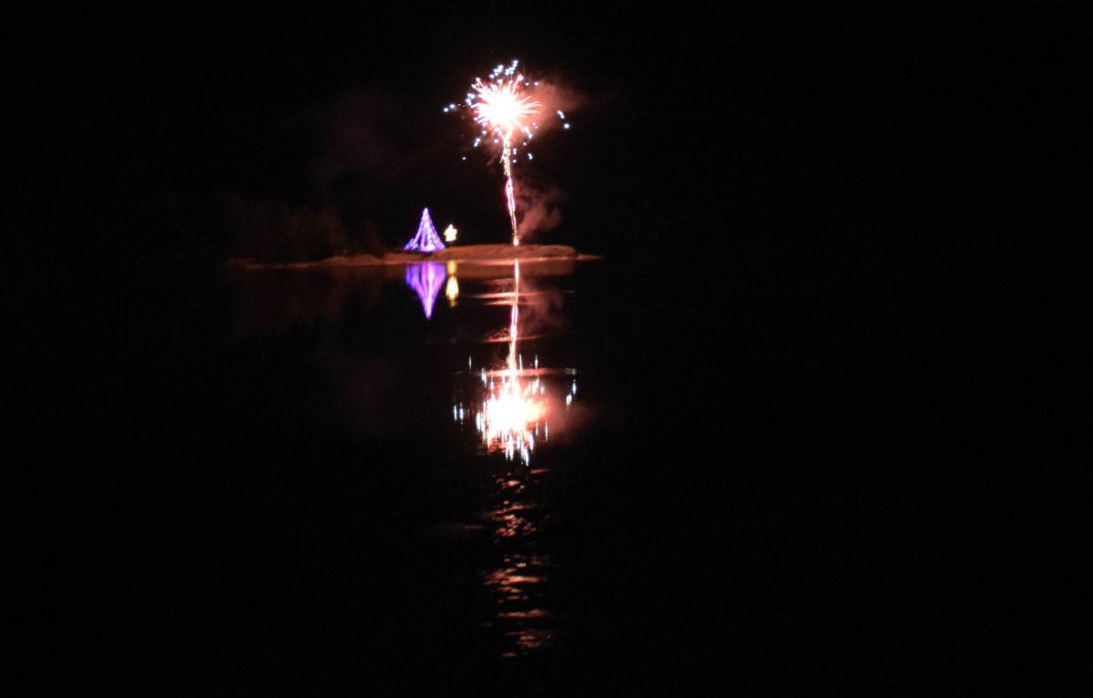 Her går raketten til værs på Holmen, og markeres tenning av lyset på Todalspålen - no vil den kaste glans over Holen og Todalen i 30 dagar!  Foto: Jon Olav Ørsal