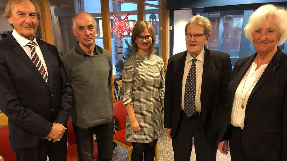 Verdige mottakarar: Ordfører Margrethe Svinvik flankert av Kristian Ranes, Gudmund K. Kvendset, Sverre Kjølstad og Bitten Ranes.  Foto: Driva/Geir Forbregd