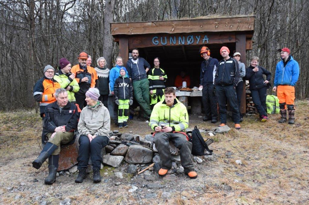 Uten mat og drikke....  Rundt 20 deltakarar på dugnaden finn unna seg arbeidet med skogrydding for turstitraseen.  Foto: Jon Olav Ørsal
