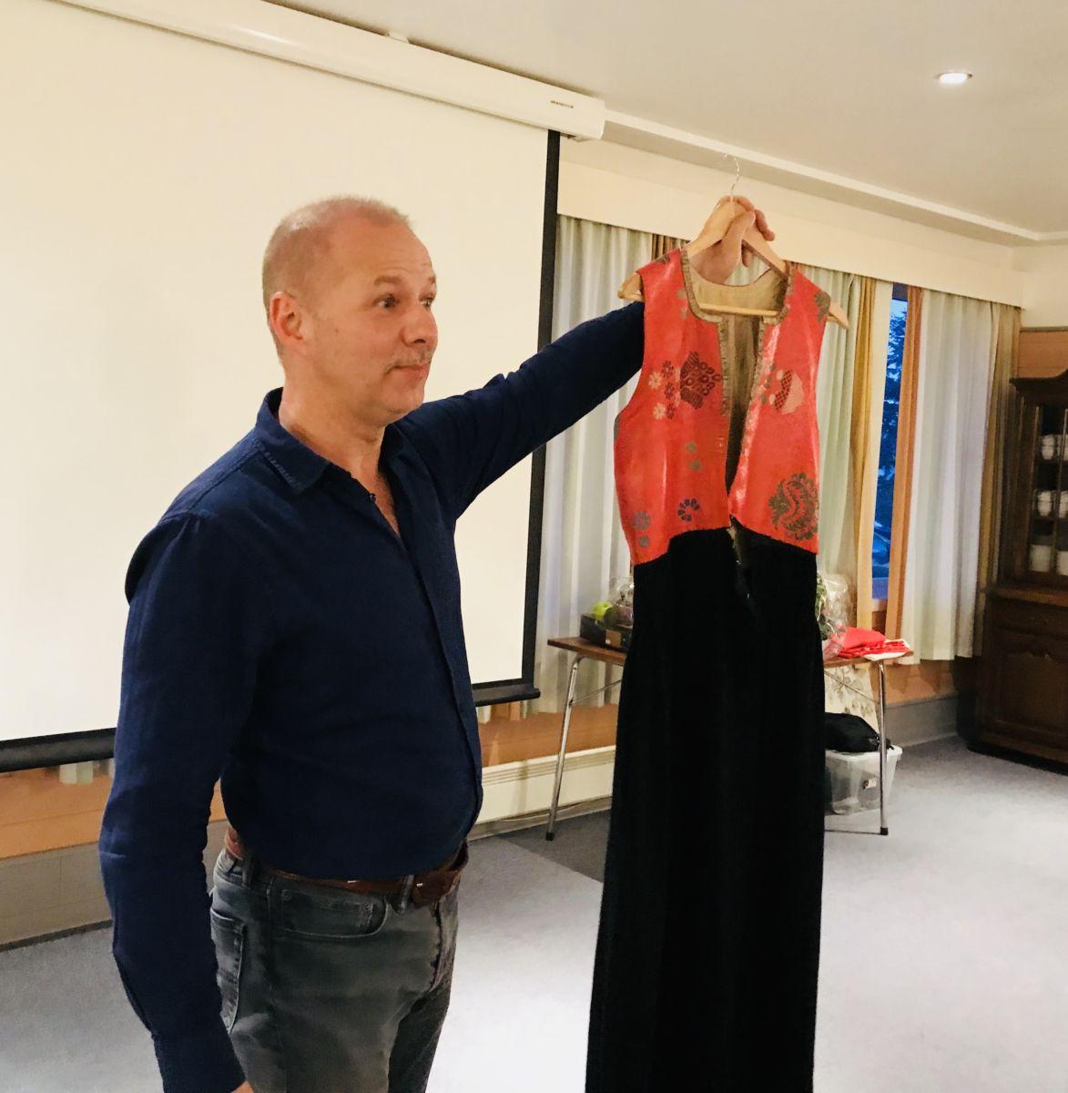 Ole Kristian Gundersen kåserer om Nordmørsbunaden i Frei historielag. Fot: Dordi J H
