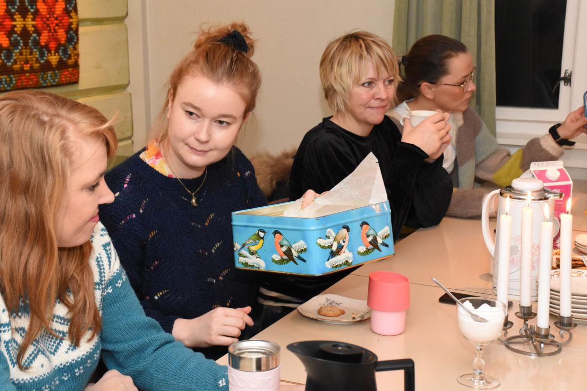 Versågod - Maria serverer kaffebrød til Nina -
