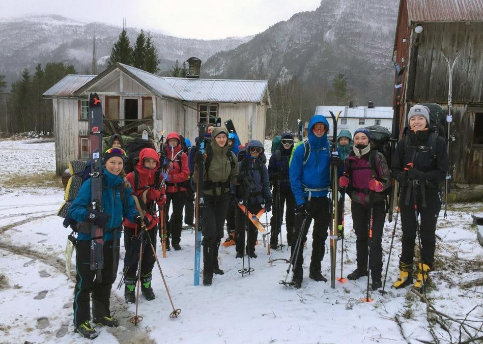 Klare for start på turen til skihytta på Ørsalfjellet. Litt ruskvêr stoppar ikkje Friluftslinja på NOFO.  Foto: Terje Nordvik