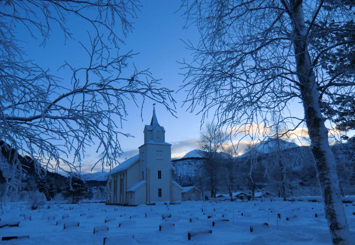 Todalen kyrkje ein fin og kald vinterdag.  Foto: Ingri Bruset