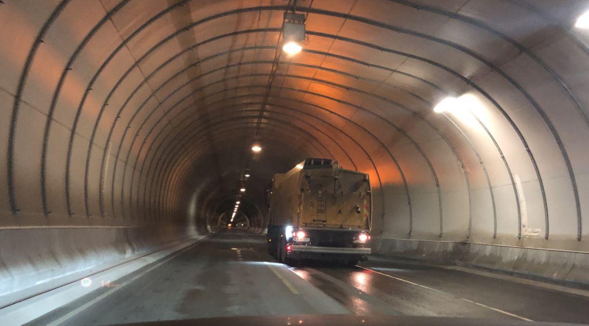 Manuell  dirigering  i  tunellen
