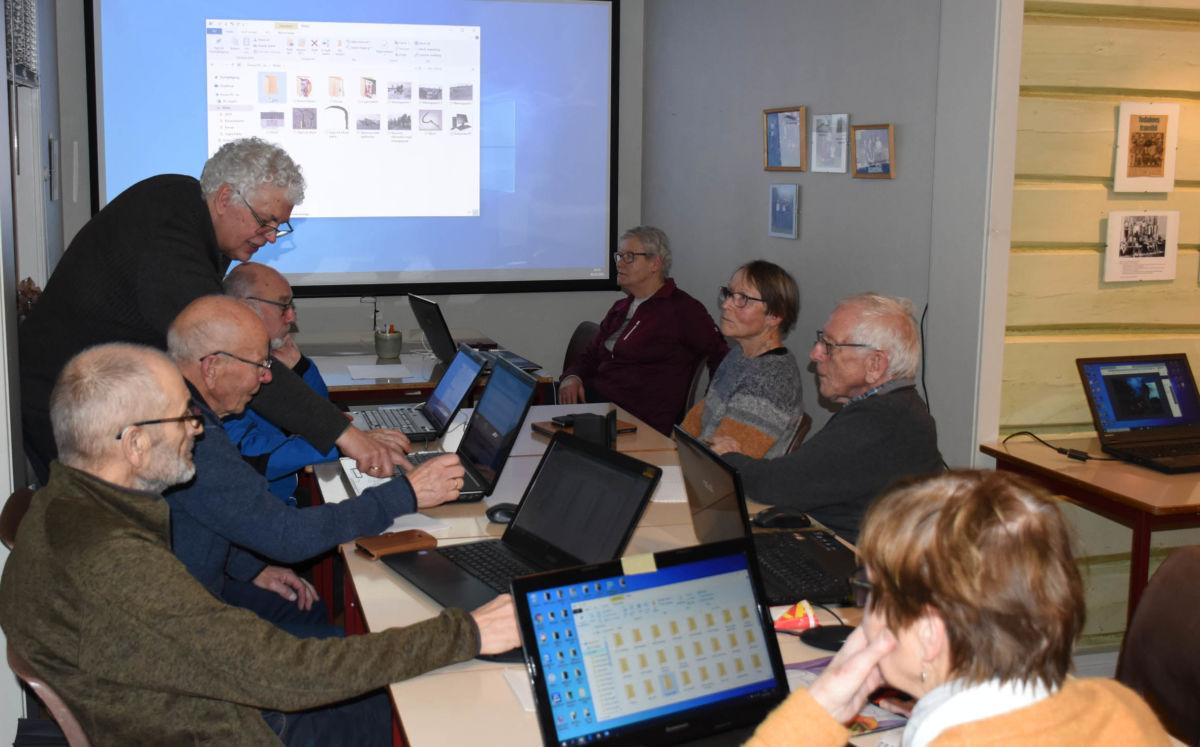 Windows var tema på første kvelden med kvardagsdata for PC.  Anders Talgø er kursleiar. Foto: Jon Olav Ørsal
