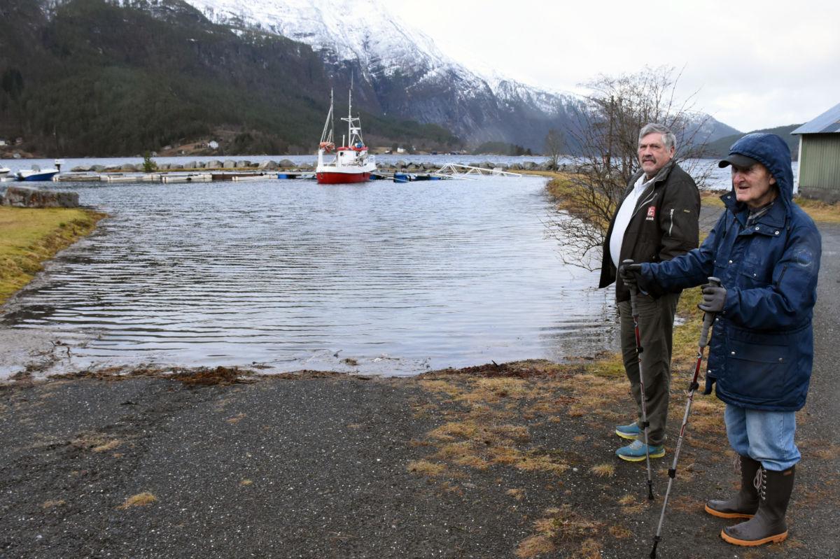 Ottar Halle og Anders Todalshaug held eit auge med båthamna, men konstaterer at det har vore høgare stormflo før.  Foto: Jon Olav Ørsal