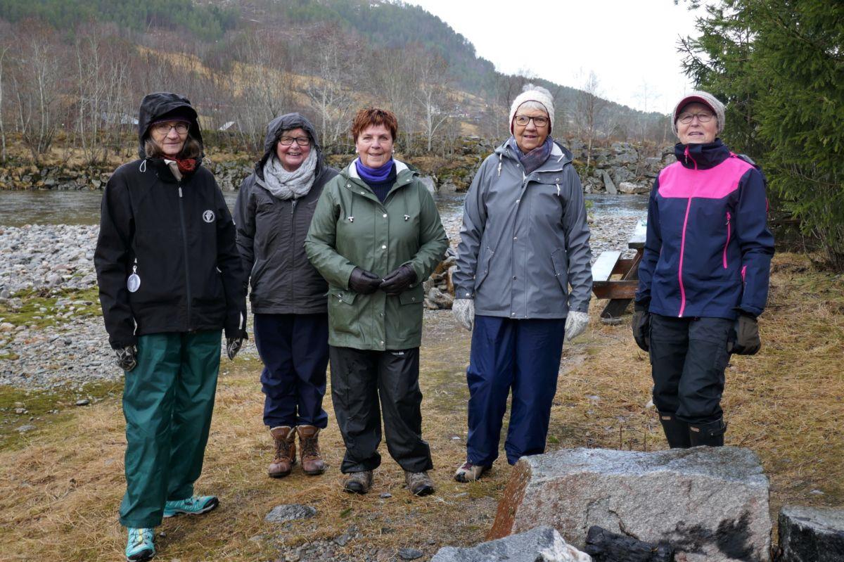 I Gunnøya. Frå venstre: Ester karin, Helen, Kari, Arndis og Marit. Foto: Dordi J H