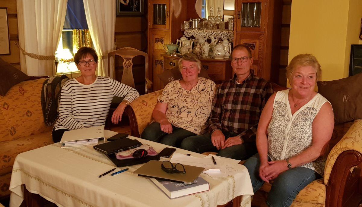 Skriftstyret. Frå venstre: Dordi Jorunn, Wenche, Sven Olav og Maren. Biletet er frå august 2019. Bak kamera: Anders.