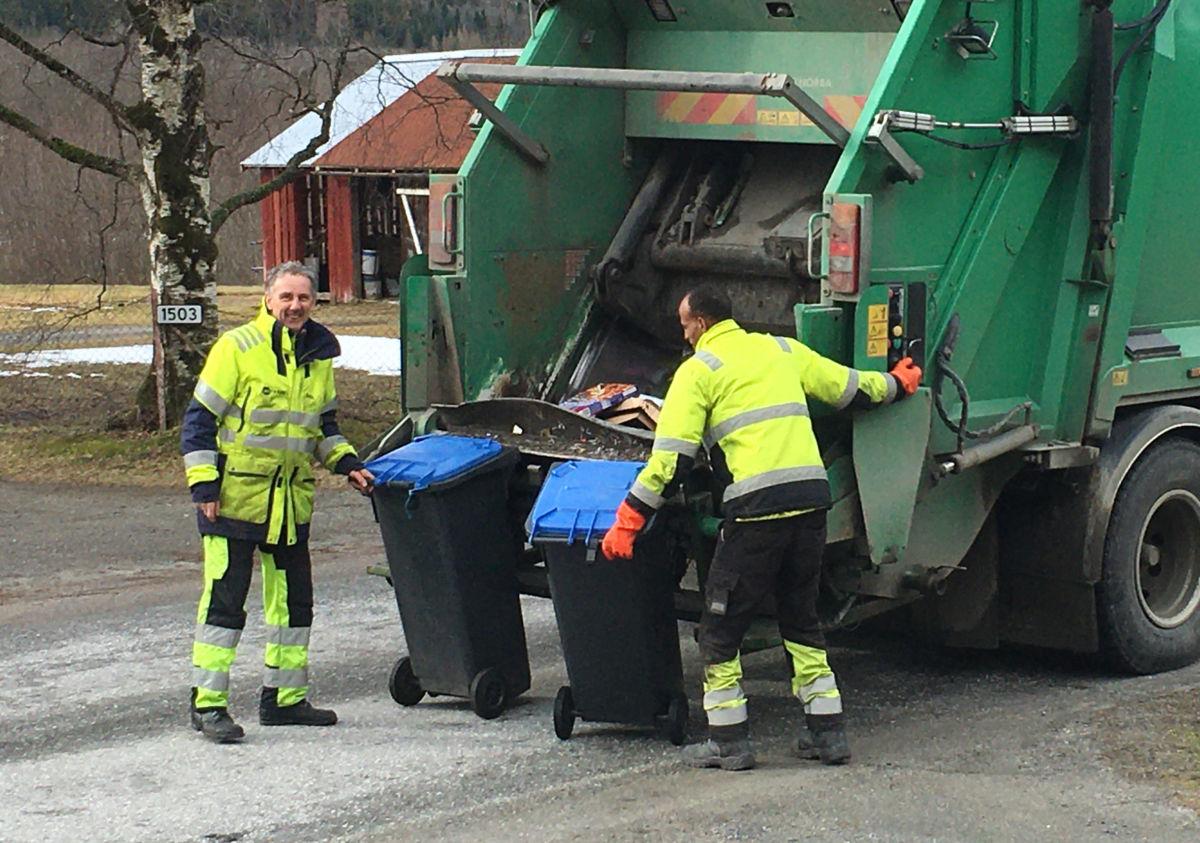 Arne og Samule står på - onsdag henta dei papir og plast i Todalen.  Foto: Jon Olav Ørsal