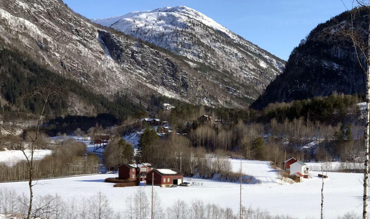 Utsikt mot Melen og Reitan. I bakgrunnen delar av Brusetgrenda. Foto: Dordi J H