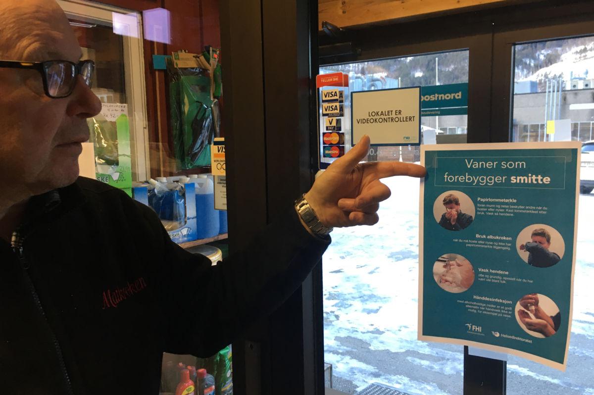 Terje Nordvik har fått plakaten på plass på butikkdøra på Matkroken Todalen.   Foto: Jon Olav Ørsal