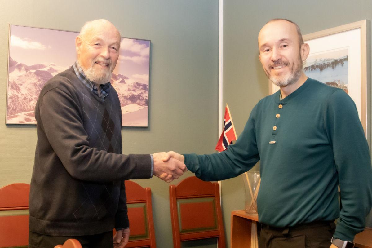 Eirik Gudmundsen styreleder hilser Roar Halten velkommen da ansettelsen ble gjort. (Foto: KNT)