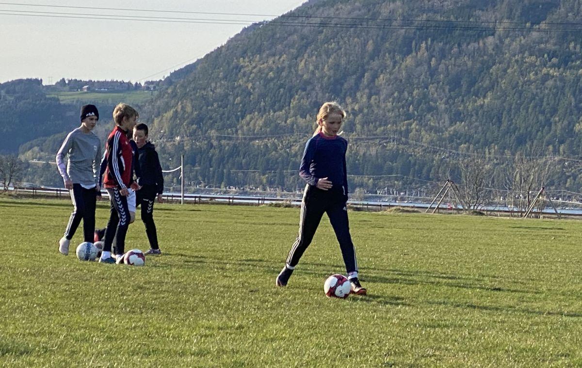 Eline Saltrød Polden er på J12, men stiller gjerne på trening i lag med gutane.