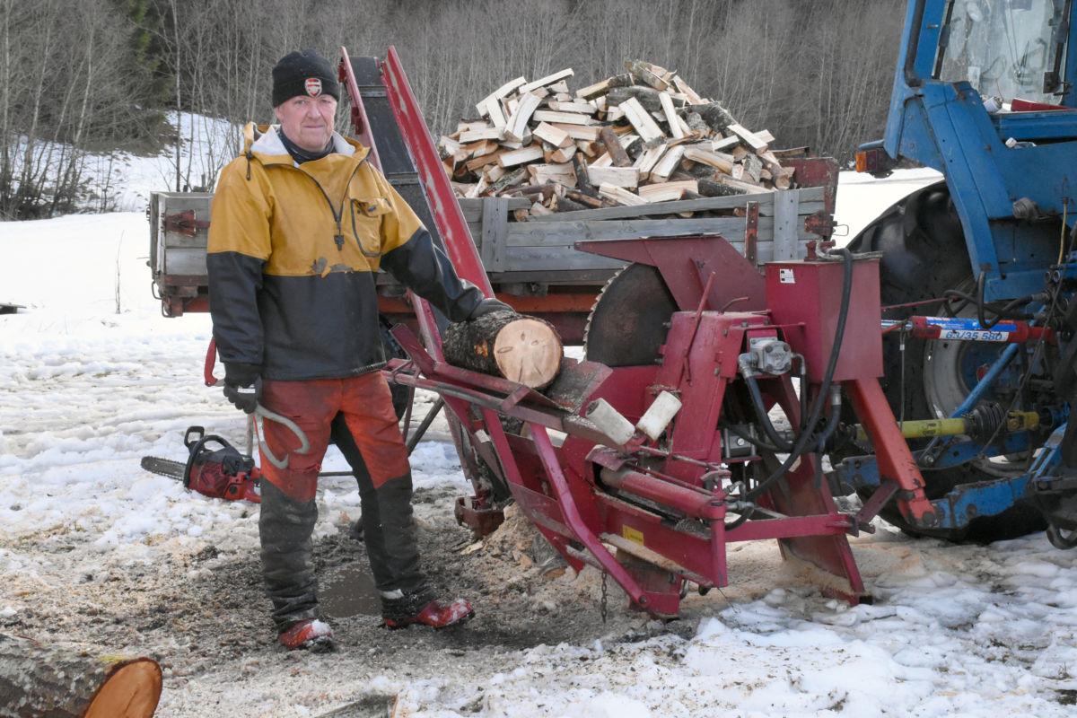 Ein held seg varmen av vedarbeid, men  med litt mekanisering så går det rimeleg greit.  Foto: Jon Olav Ørsal
