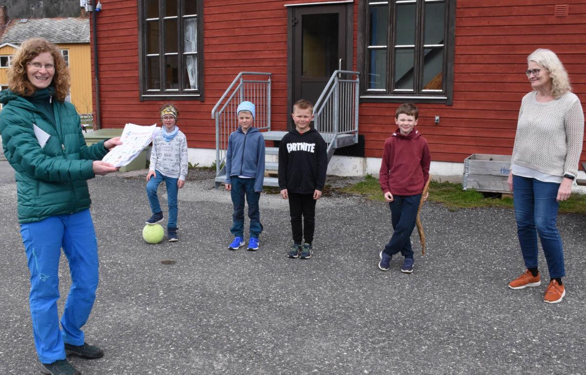 Naturbingo stod på timeplana denne dagen fortalte Torill Gjeldnes som er  lærar ved skulen.  Foto: Jon Olav Ørsal