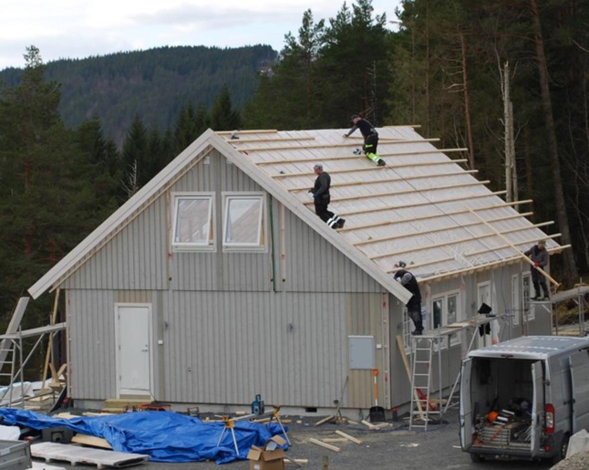 Takstoler og plast på plass, og lekting pågår.  Foto: Sverre Kjølstad