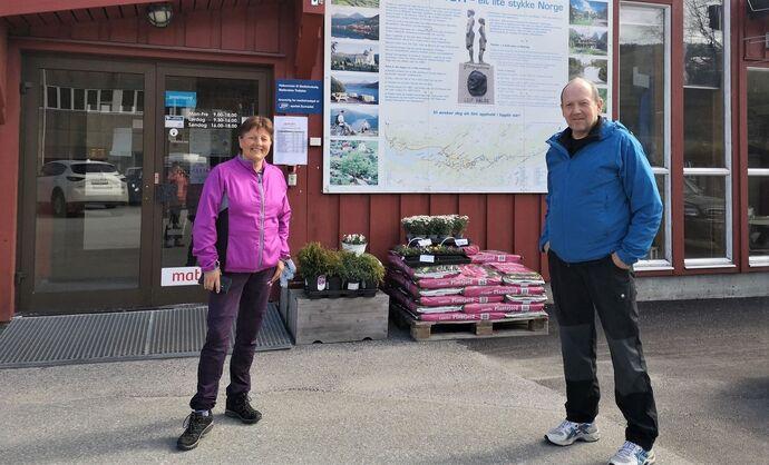 Viktigare enn nokon gong å markere arbeidaranes dag, seier Lilly Gunn og Odd Arild.  Foto: privat