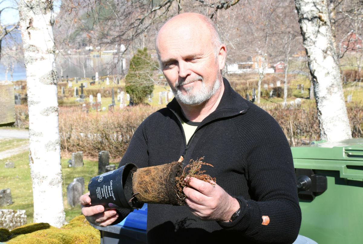 Kildesortering - blomen er organisk avfall, medan potta er plastavfall, fortel Oddvar Væge  Foto: Jon Olav Ørsal